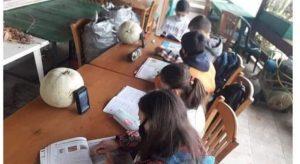 Μαθητές χωρίς πρόσβαση, όξυνση ανισοτήτων και εκπαιδευτικοί που δίνουν τη μάχη να «βρίσκονται» δίπλα στα παιδιά